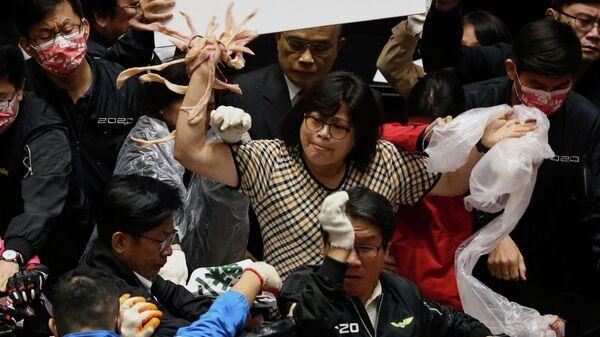 Тайваньские парламентарии кидаются друг в друга свиными потрохами