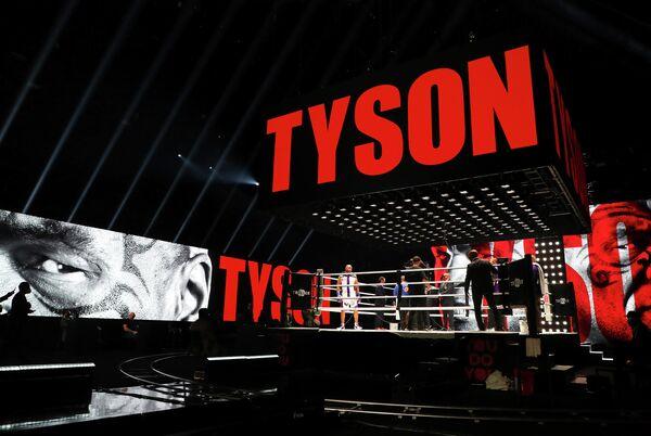 Вид на ринг перед началом поединка между Майком Тайсоном и Роем Джонсом-младшим