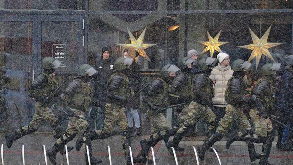 Сотрудники правоохранительных органов во время несанкционированной акции протеста Марш соседей в Минске
