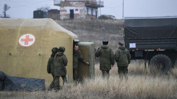 Российские военнослужащие на территории мобильного полевого госпиталя неподалеку от Степанакерта