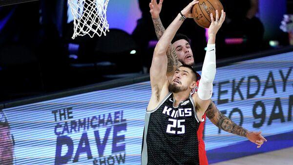 Баскетболист Сакраменто Кингз Алексей Лен в матче НБА