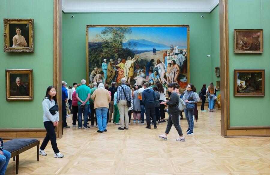 Иностранные туристы у картины Явление Христа народу художника А. Иванова в Третьяковской галерее