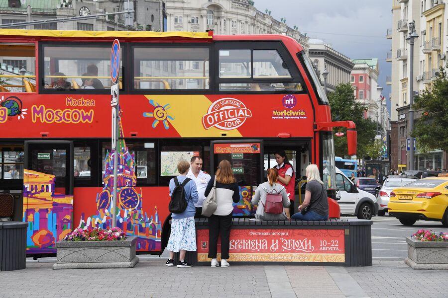 Туристы у экскурсионного автобуса в Москве