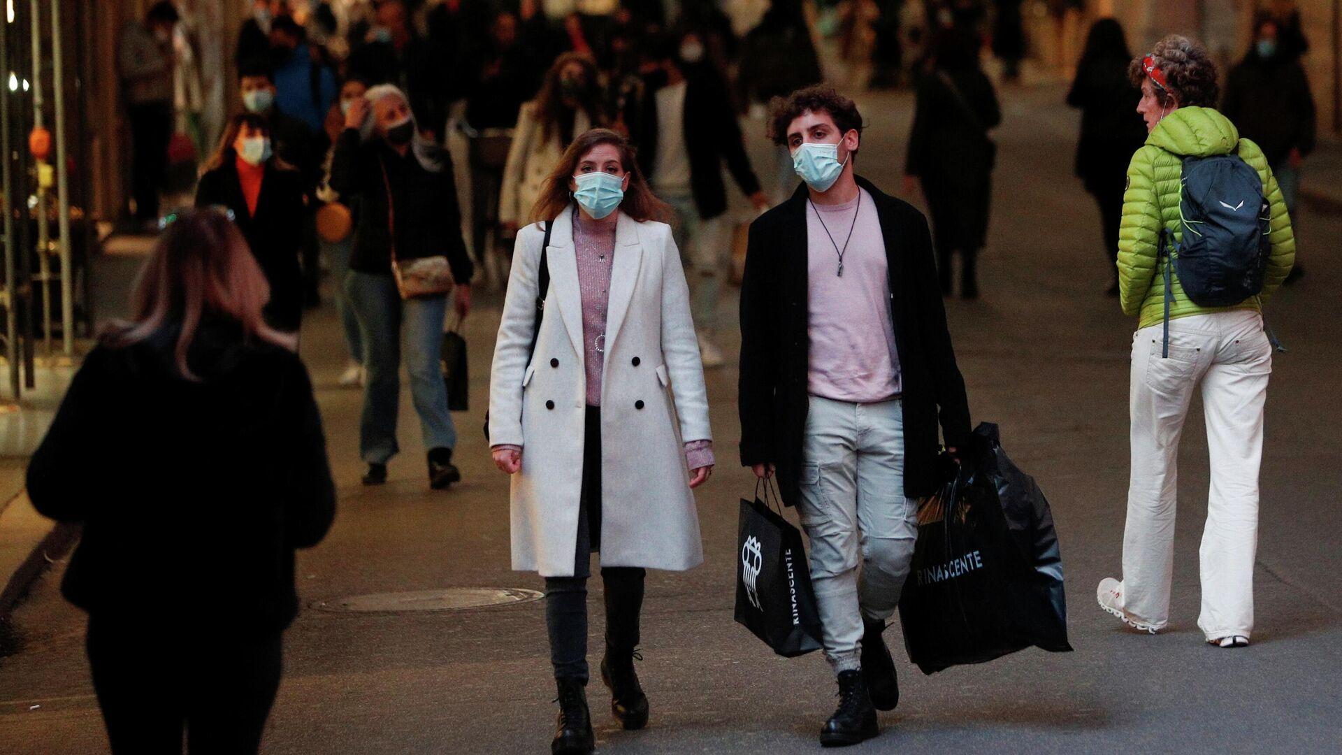 Прохожие на одной из улиц в Риме - РИА Новости, 1920, 02.12.2020