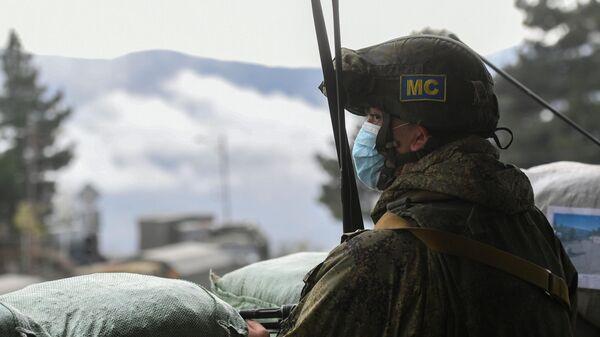Российский миротворец на одной из улиц в городе Лачин (Бердзор)