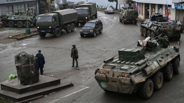 Российские миротворцы на одной из улиц в городе Лачин (Бердзор)