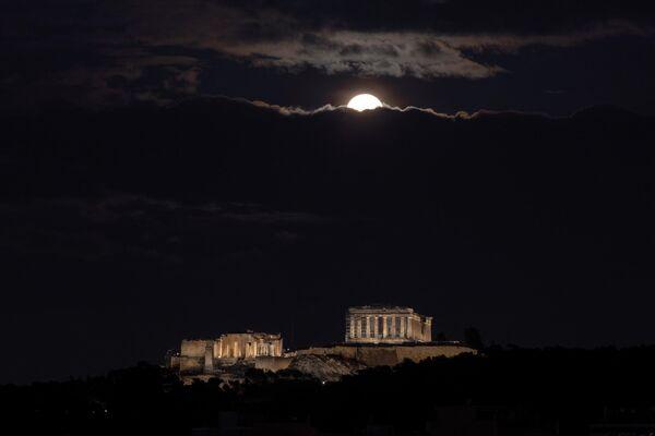 Бобровая луна над Акрополем в Афинах
