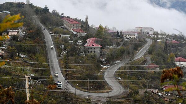 Вид на дома и автомобильную дорогу в городе Лачин (Бердзор)