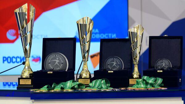 Награды на пресс-конференции Церемония награждения победителей всероссийских соревнований по фоновой ходьбе Человек идущий в Международном мультимедийном пресс-центре МИА Россия сегодня в Москве.