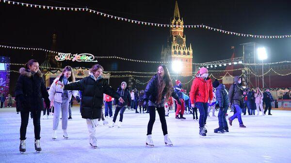 Гости на открытии ГУМ-катка на Красной площади в Москве