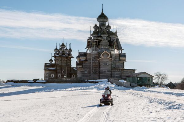 Снегоход с туристами на острове Кижи. в музее-заповеднике Кижи