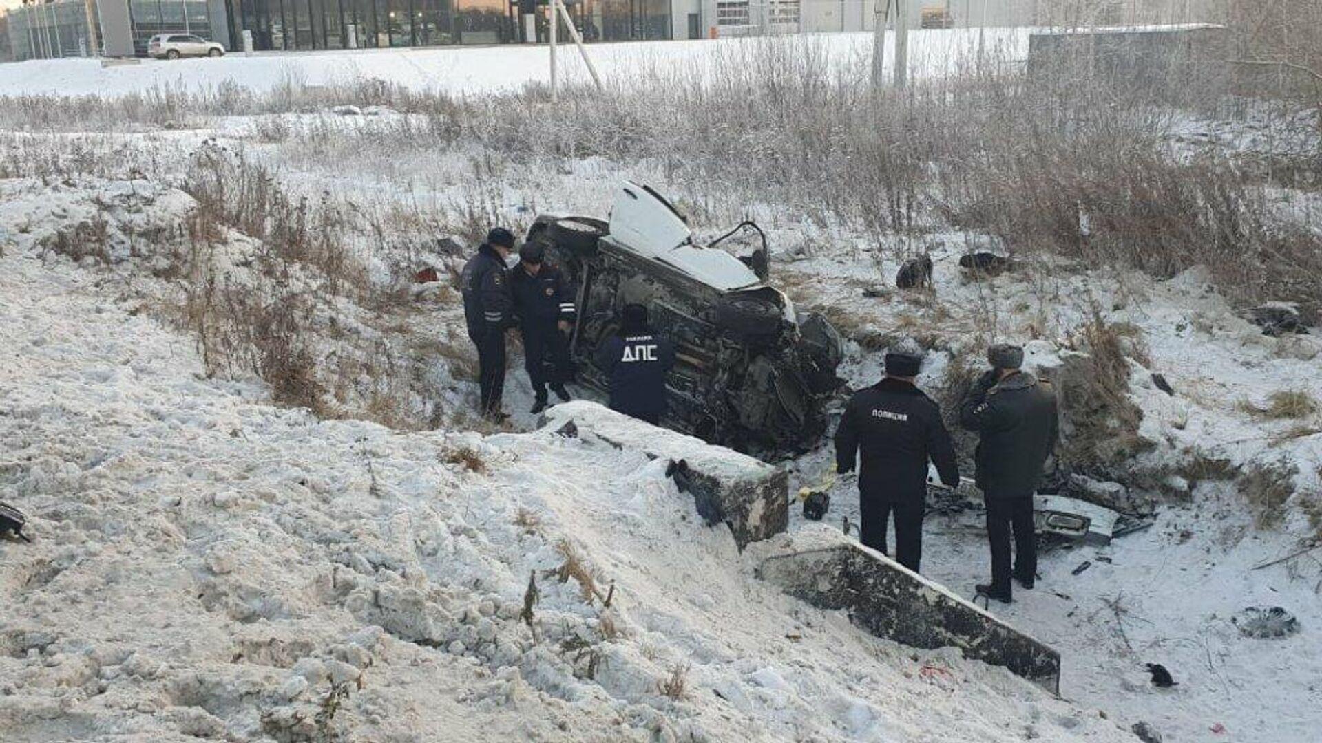 Автомобиль Volkswagen Polo съехал с Кольцовского тракта в Екатеринбурге и опрокинулся - РИА Новости, 1920, 01.12.2020