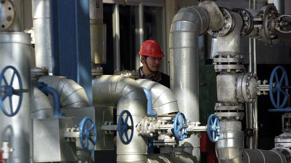 Рабочий на нефтеперерабатывающем заводе в Гирине, Китай