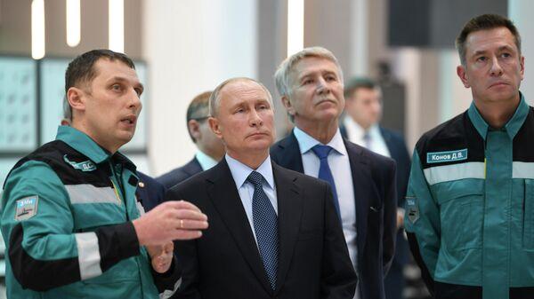 Президент РФ Владимир Путин во время посещения крупнейшего нефтехимического комплекса в Тобольске ЗапСибНефтеХим