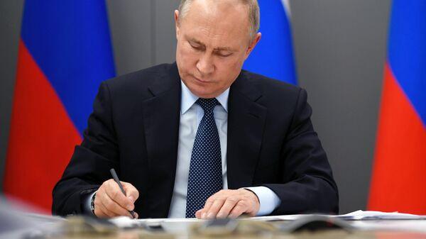 Президент РФ Владимир Путин во время совещания по стратегическому развитию нефтегазохимической отрасли России в режиме видеоконференции