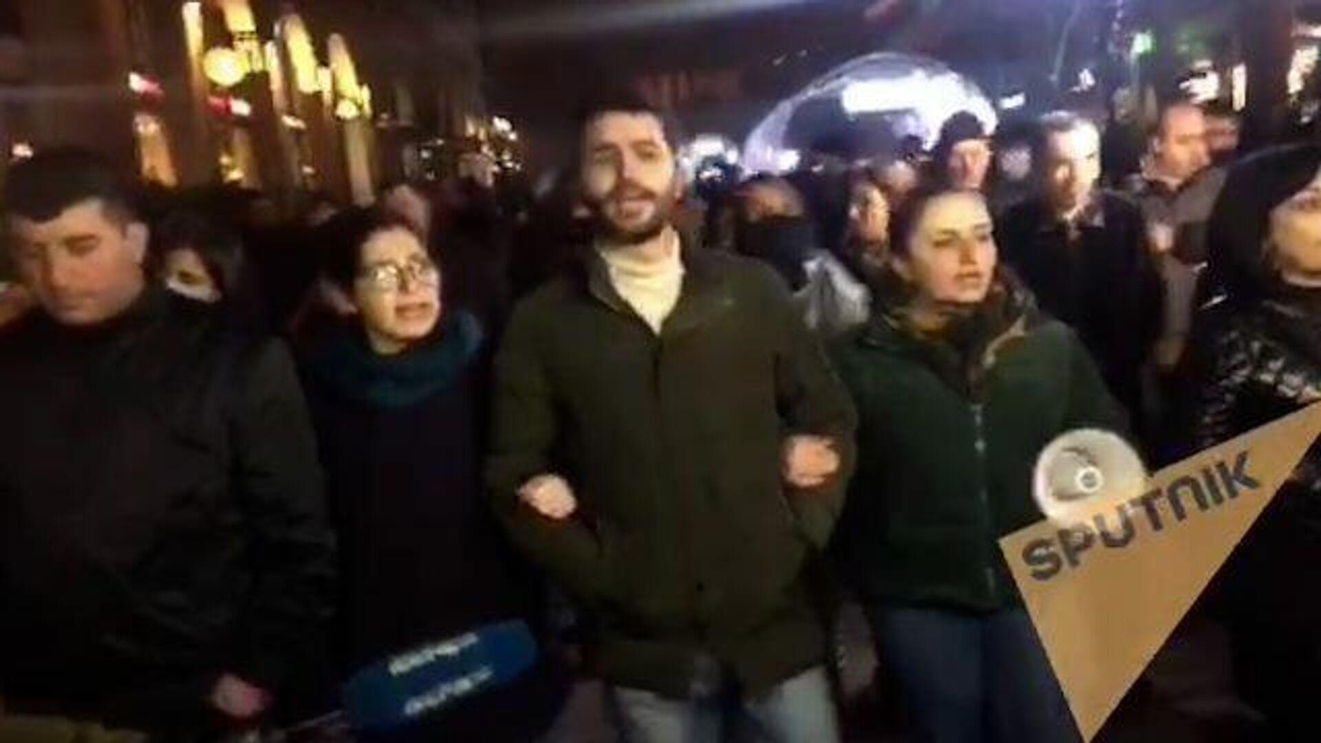 Протестующие в Ереване поют во время шествия по центральным улицам  - РИА Новости, 1920, 01.12.2020