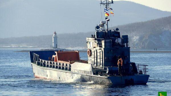 Десантные катера перевозят людей и спецтехнику на отрезанный от внешнего мира остров Русский