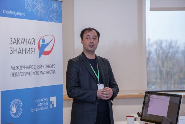 Равшан Сафаров из Таджикистана выступает на конкурсе Закачай знания