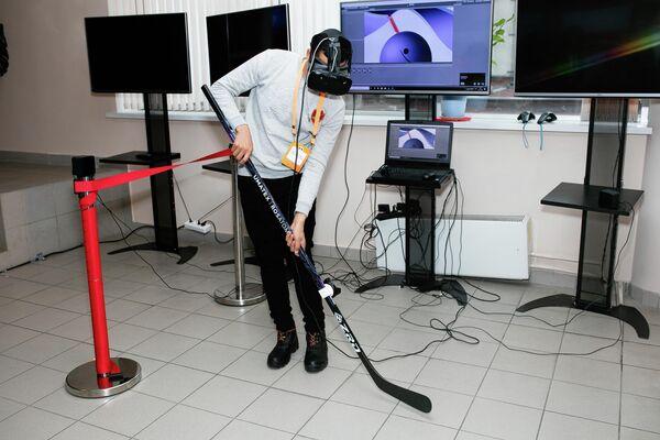 Участник чемпионата мира по композитам Сomposite battle vr играет в виртуальный хоккей