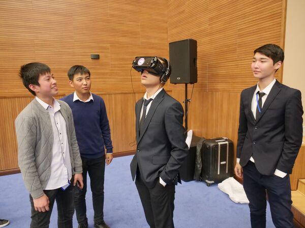 Киргизские школьники участвуют в Днях виртуальной и дополненной реальности в Бишкеке