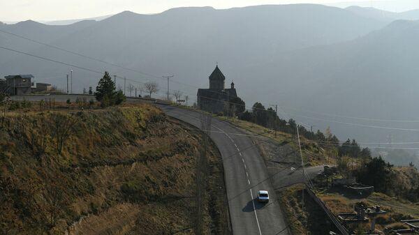 Движение по автодороге Горис-Бердзор в районе города Лачин (Бердзор) в Нагорном Карабахе