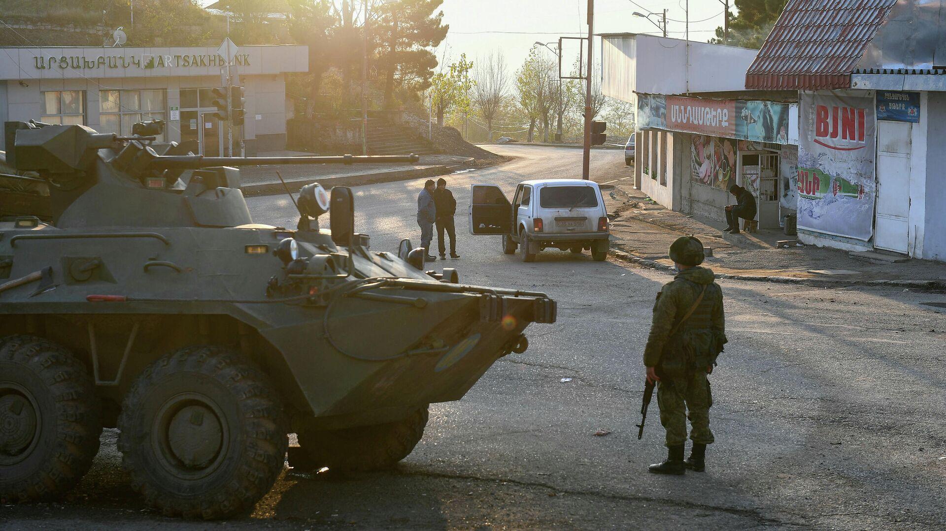 Российские миротворцы на одной из улиц в городе Лачин (Бердзор)  - РИА Новости, 1920, 02.12.2020