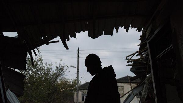 Житель Мартуни, вернувшийся в свой дом после объявления перемирия