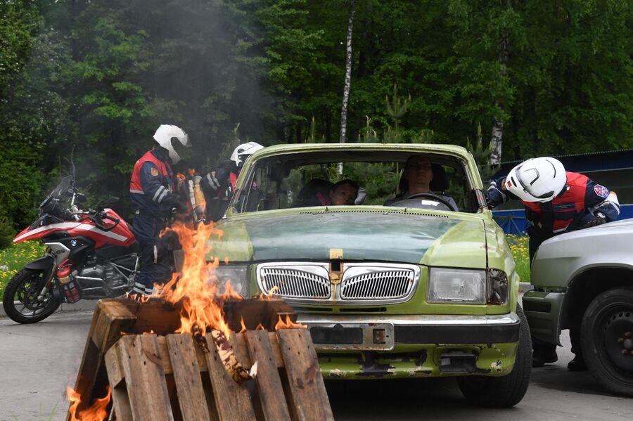 Спасатели мотогруппы во время учений по устранению последствий дорожно-транспортного происшествия на территории учебно-тренировочного полигона Апаринки в Московской области.