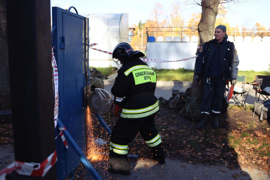Участник во время учений добровольцев-пожарных в Подмосковье.
