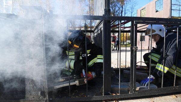 Участники во время учений добровольцев-пожарных в Подмосковье.