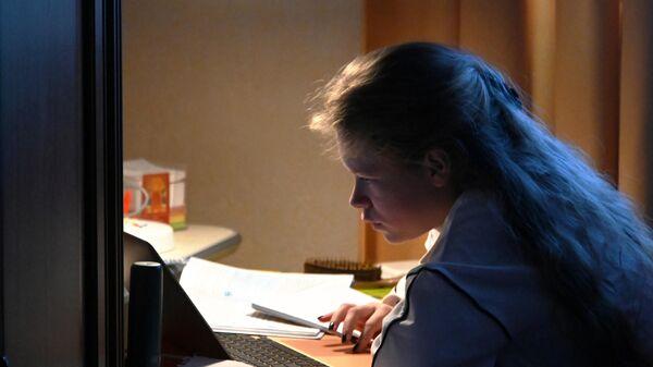 Девочка во время онлайн занятий у себя дома в Москве.