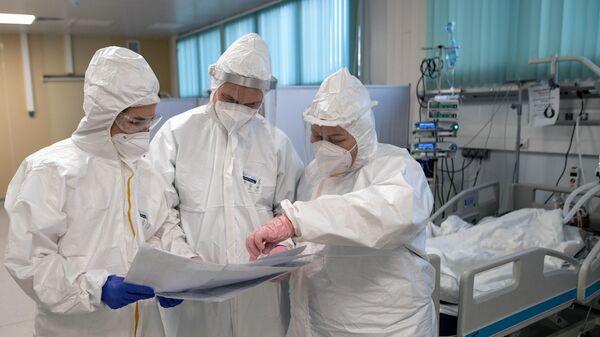 Медицинские работники в отделении реанимации и интенсивной терапии в госпитале для больных COVID-19 в  Московском клиническом центре инфекционных болезней Вороновское