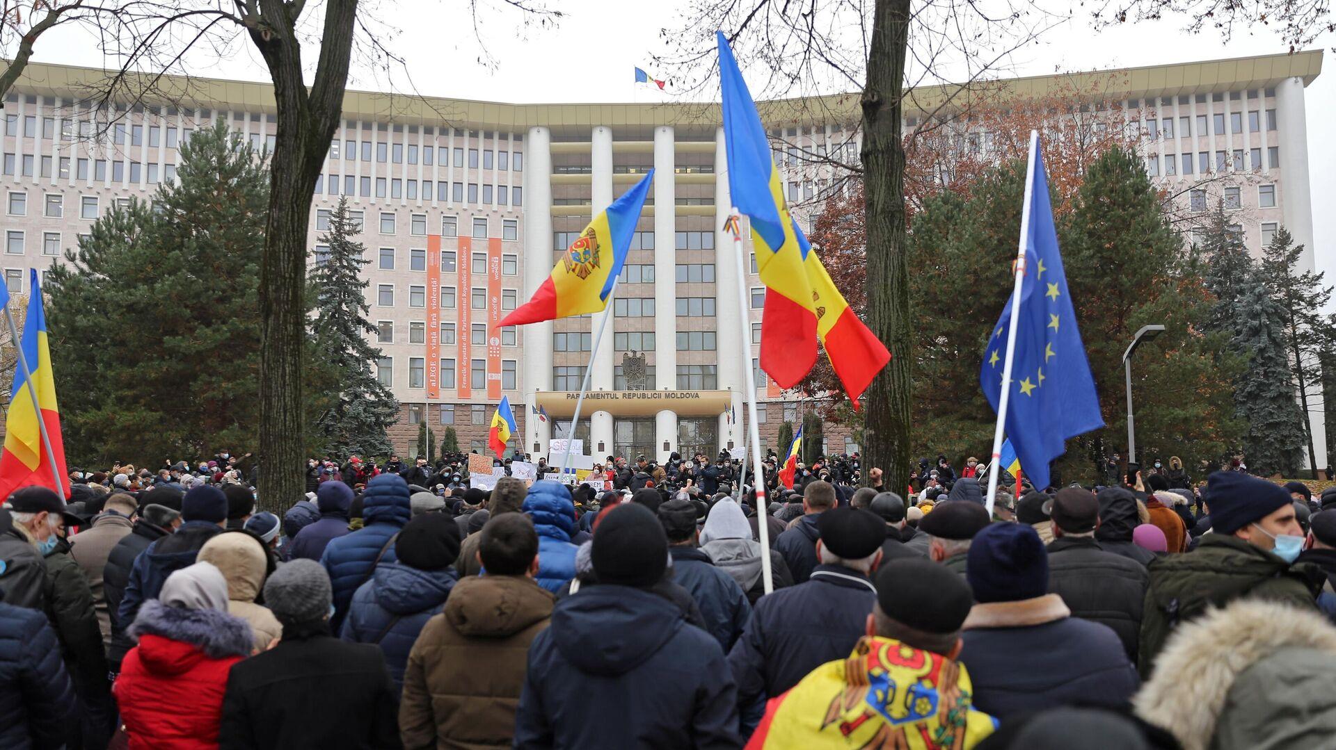 Участники акции сторонников избранного президента Молдавии Майи Санду у здания парламента в Кишиневе - РИА Новости, 1920, 03.12.2020