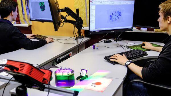 Учащиеся работают на 3-D сканере в модернизированном классе