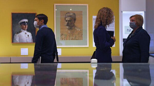Посетители на выставке Больше чем архив в Выставочном зале федеральных архивов в Москве