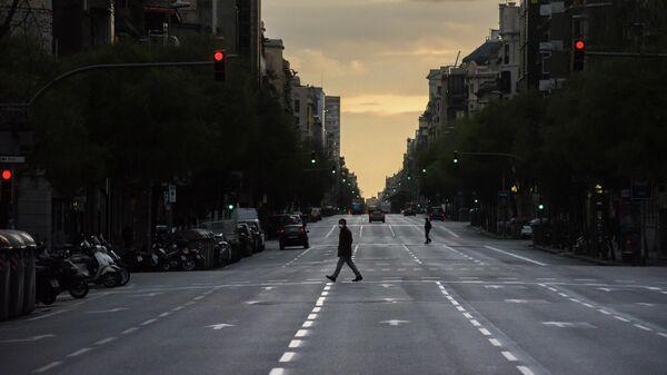 Мужчина в защитной маске идет по пустой улице