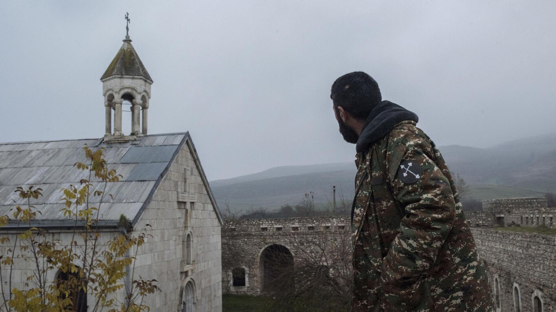 Мужчина возле монастыря Амарас в селе Мачкалашен Мартунинского района в Нагорном Карабахе - РИА Новости, 1920, 02.08.2021