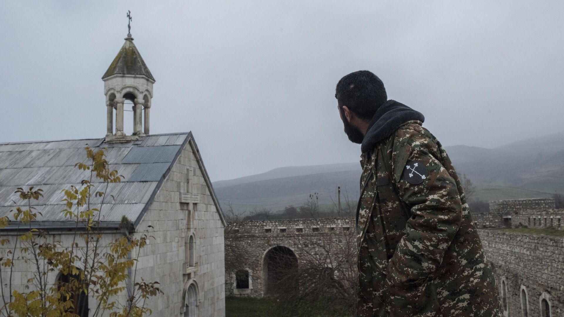 Мужчина возле монастыря Амарас в селе Мачкалашен Мартунинского района в Нагорном Карабахе - РИА Новости, 1920, 27.01.2021
