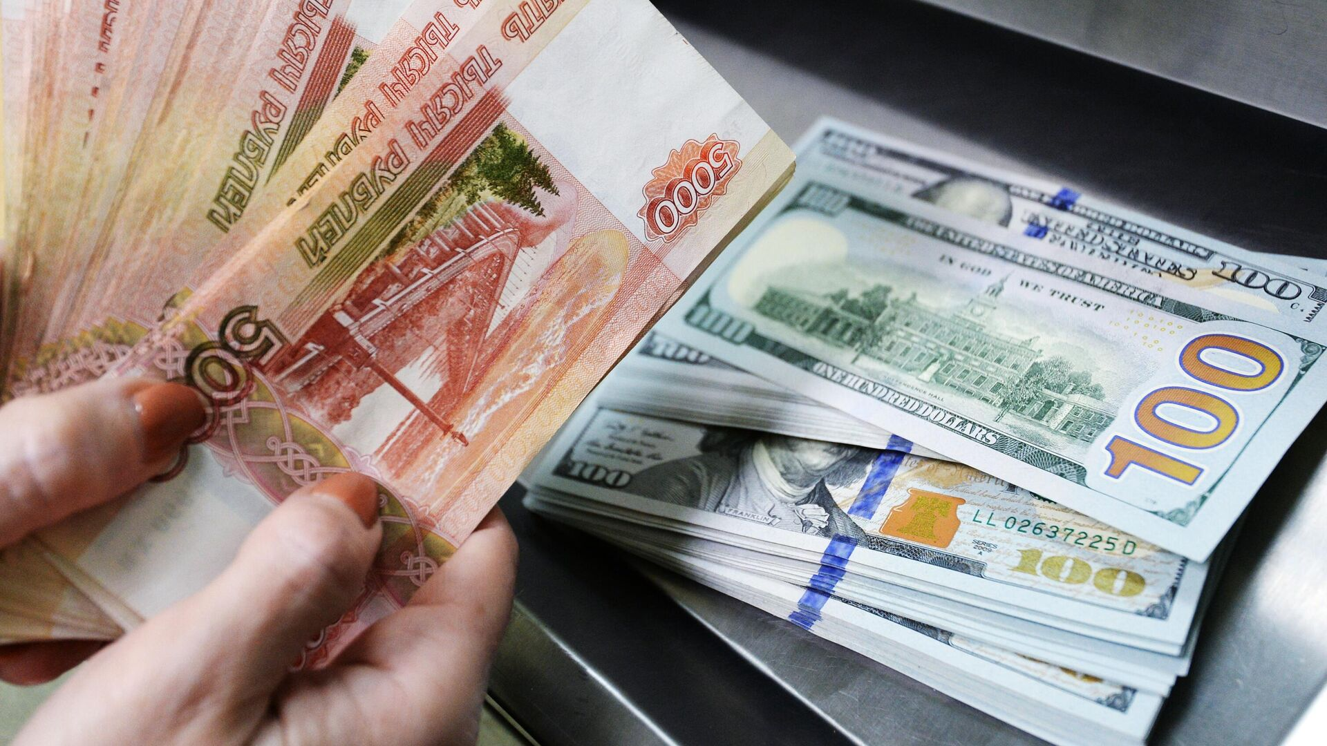 Доллары США и рубли - РИА Новости, 1920, 28.02.2021