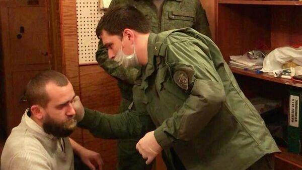 Сотрудники правоохранительных органов и подозреваемый в убийстве семьи в Волоколамске
