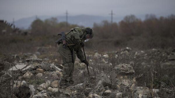 Российские миротворцы во время выполнения задач по разминированию местности в Нагорном Карабахе