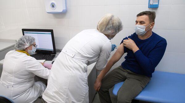 Медработники во время вакцинации от коронавируса COVID-19 вакциной Спутник V в прививочном пункте
