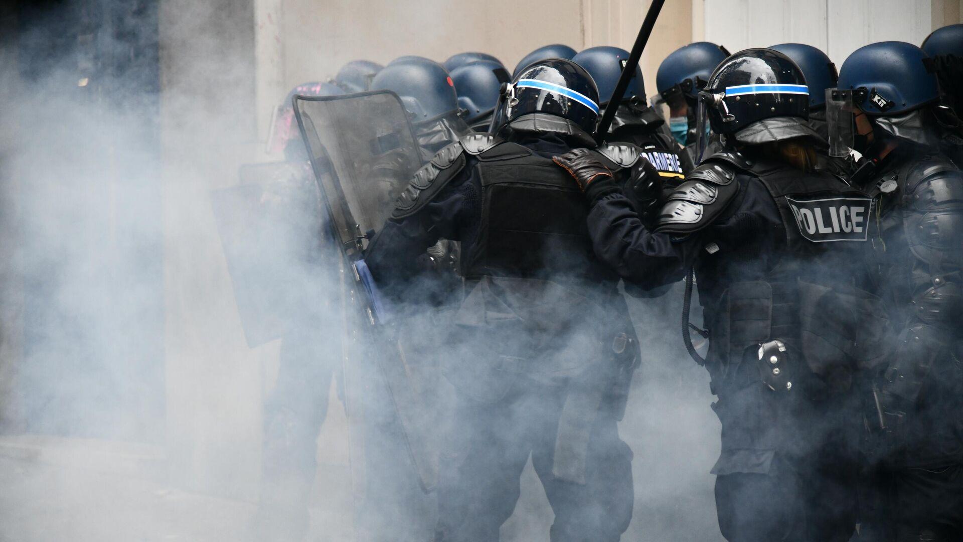Сотрудники правоохранительных органов во время акции протеста против законопроекта О глобальной безопасности в Париже - РИА Новости, 1920, 05.12.2020