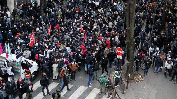 Участники акции протеста против законопроекта О глобальной безопасности в Париже