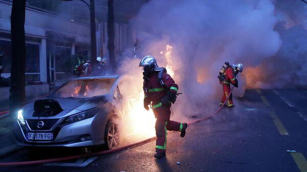 Пожарные на акции протеста против законопроекта О глобальной безопасности в Париже