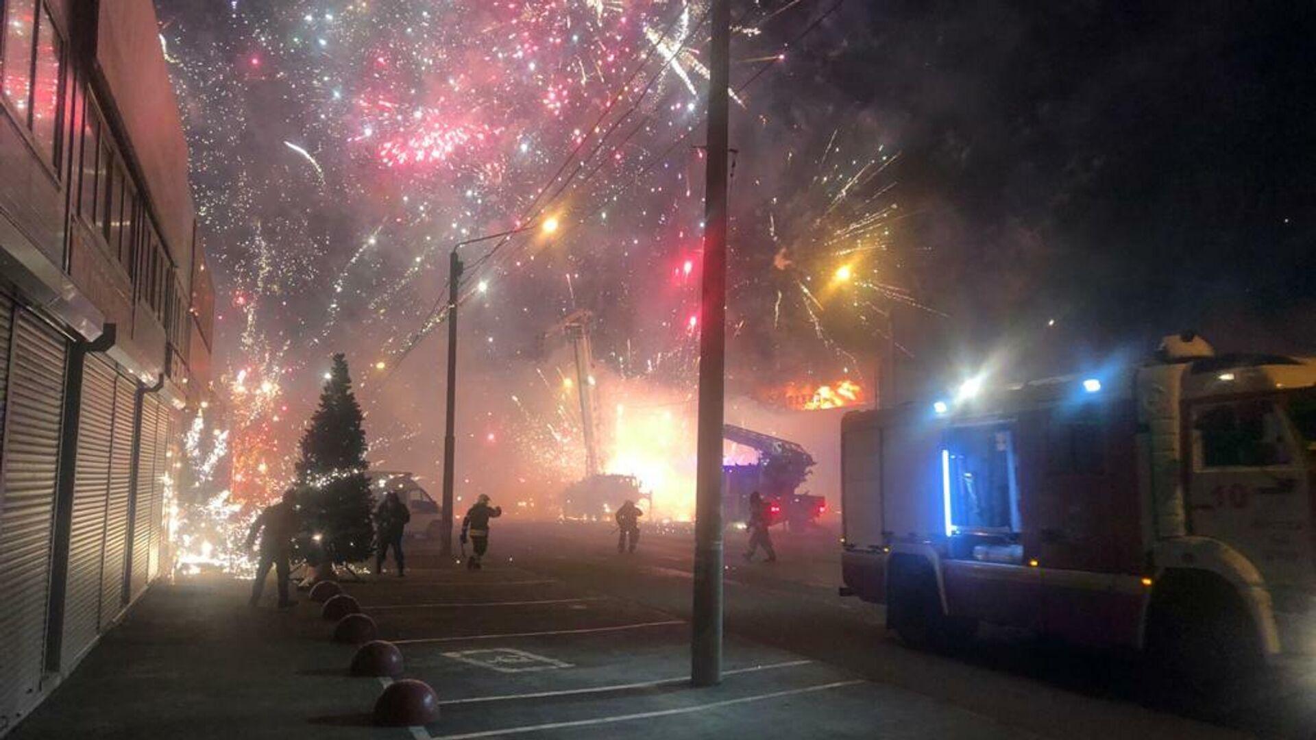 Названа возможная причина крупного пожара на рынке в Ростове-на-Дону