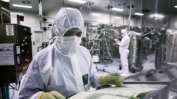 Сотрудники производственного цеха биотехнологической компании BIOCAD в Санкт-Петербурге