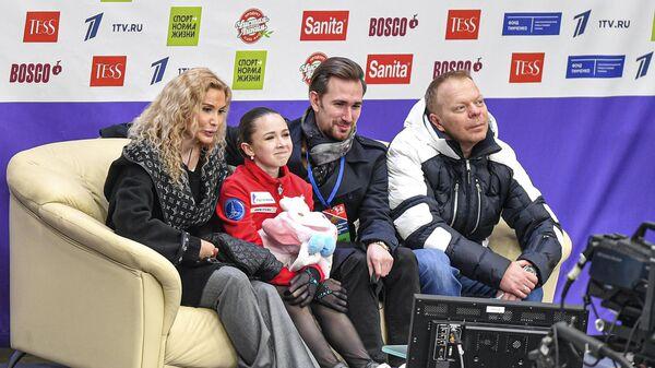 Этери Тутберидзе, фигуристка Камила Валиева, Сергей Дудаков и Даниил Глейхенгауз (слева направо)