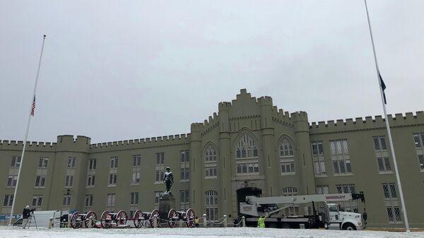 Подготовка к демонтажу статуи генерала южан Томаса Каменной стены Джексона в Военном институте Виргинии
