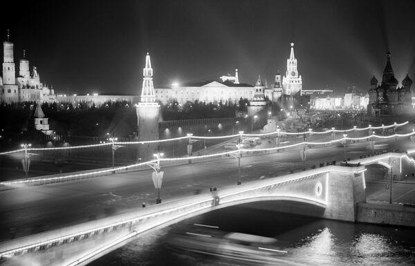 Большой Москворецкий мост - часть праздничного убранства Москвы в честь 50-летия Октября, ноябрь 1967 года